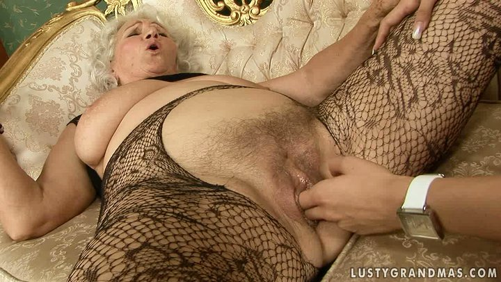 Insatiable mature woman gets her pussy fingered hard