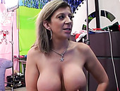 Curvaceous mature woman Sara Jay gives hot blowjob to her lover