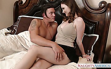 Very sexy babe provides her new boyfriend with super good blowjob