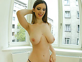 Full natural juggy Stella Cox plays with her terrific assets