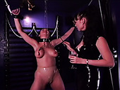 Dominant latex brunette bitch pins fixed submissive gal's nipples