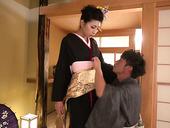 Отменная японская шлюха в кимоно Юна Ширатори обслуживает клиента