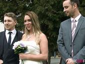 Жених трахает сексуальную подружку невесты Эллу Жьюз, пока невеста развлекает гостей