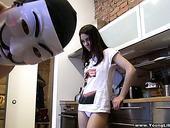 Большой чувак в маске трахает свою худощавую подружку Истер