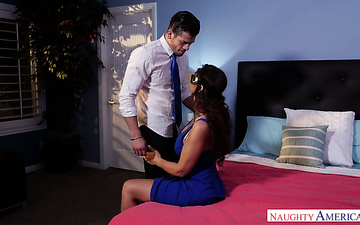 Bodacious milf Syren De Mer is having sex with hot blooded lover