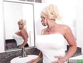 Young housekeeper licks sex-starved pussy of bodacious cougar Alura Jensen