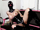 Latex bombshell drills her pussy with dildo