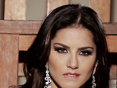 Sexploitress Sunny Leone performs her gorgeous curves